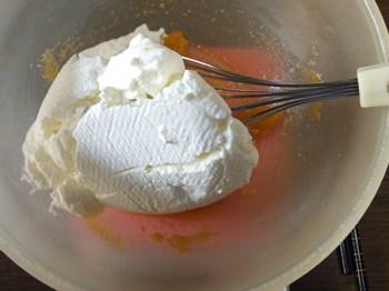 水切りヨーグルトを加える