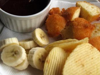 ポテトチップやバナナをフォンデュに