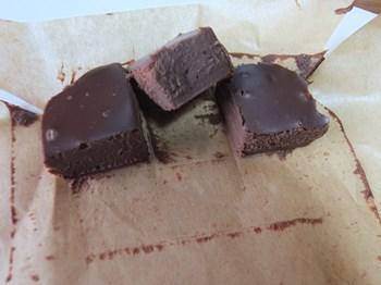 生チョコレートを切り分ける