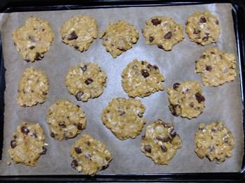 天板にクッキーを並べる