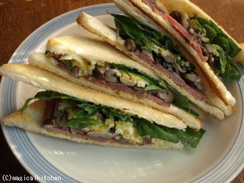 サンドイッチパンできのこオムレツサンド