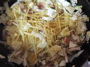 具とスパゲッティ、煮汁を加えて煮る