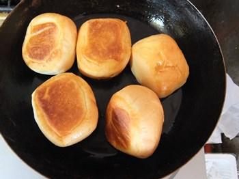 揚げパン、少ない油で揚げ焼きに