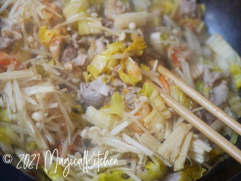 肉野菜を炒める