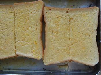 卵液をパンに吸わせる