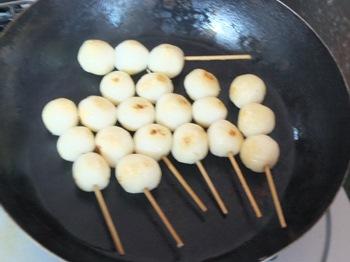 フライパンで団子を焼く