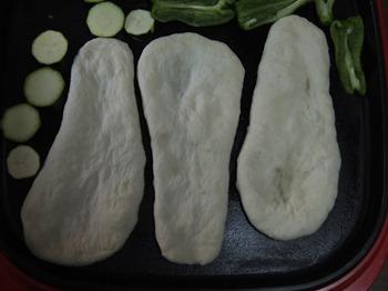 ホットプレートにナンと野菜を並べる