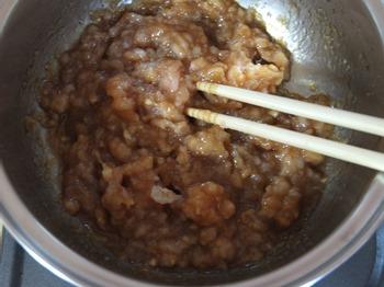 鶏ひき、調味料を鍋に入れる