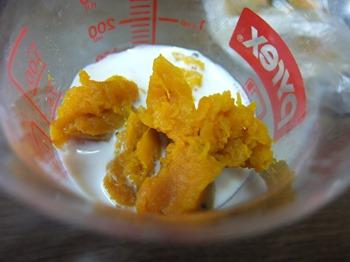 かぼちゃをつぶして豆乳を混ぜる