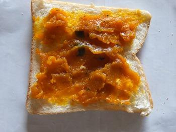 パンにかぼちゃあんを塗る