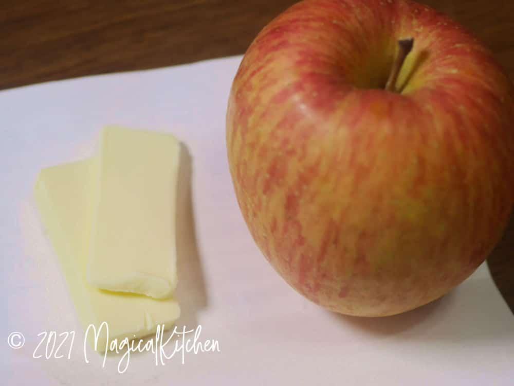 くし切りのリンゴを炒める