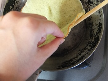 菜箸と手を使って裏返す