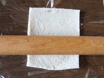 麺棒でパンを伸ばす