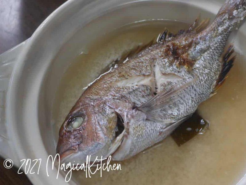 土鍋に米、鯛