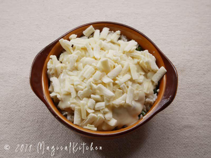 炒めご飯にチーズを乗せる