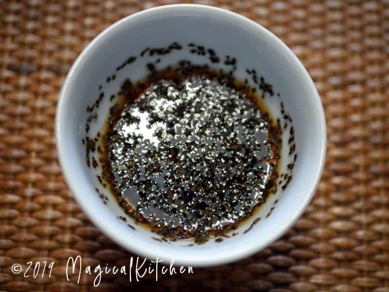 紅茶茶葉に熱湯を注ぐ