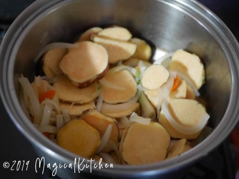玉ねぎ、さつまいもを炒める