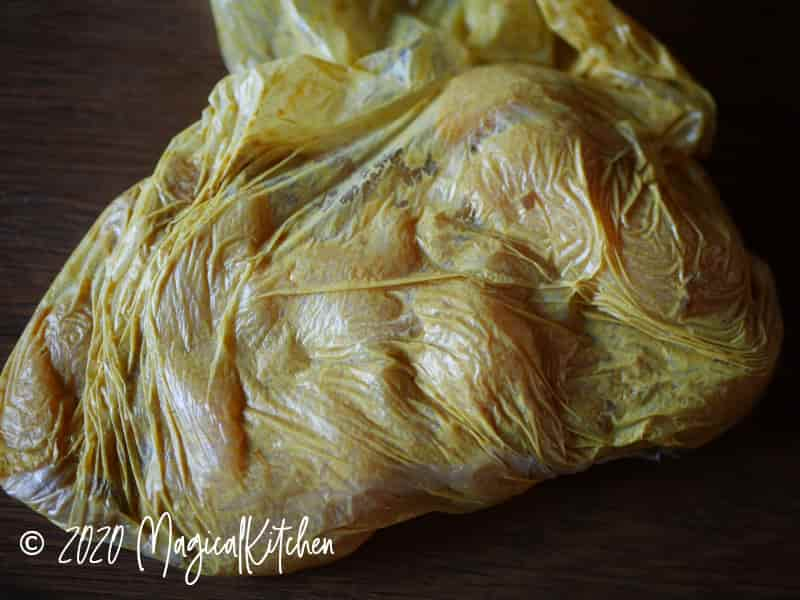 ポリ袋にタンドリーチキンの調味料、鶏を入れる