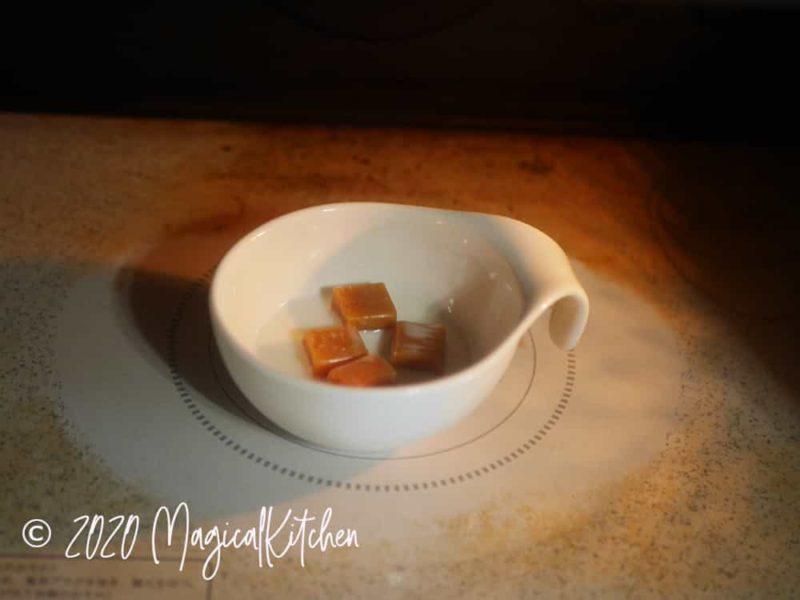 キャラメルと牛乳をレンジにかける