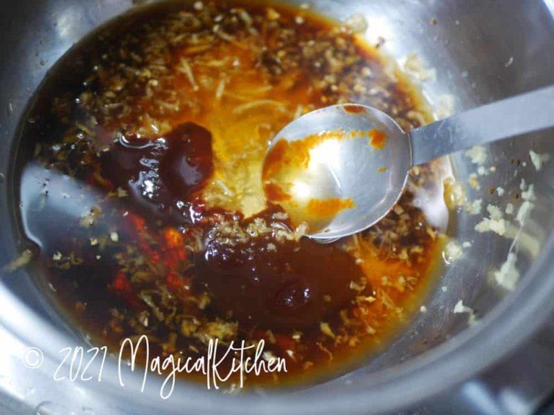 鍋に調味料を入れる